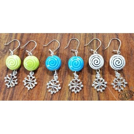Boucles d'oreilles croix occitane et perle céramique motif spirale