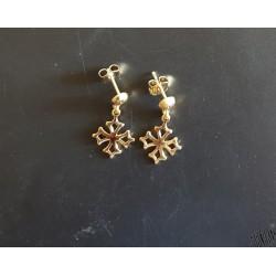 Boucles d'oreilles en plaqué or avec croix occitane, forme bouche-trou pendant.